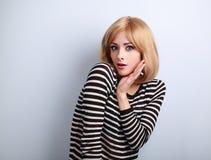 Blonde Frau des überraschenden aufgeregten Makes-up mit dem offenen Mundgestikulieren Lizenzfreies Stockbild