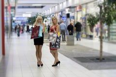 Blonde Frau des Einkaufens zwei Lizenzfreies Stockfoto
