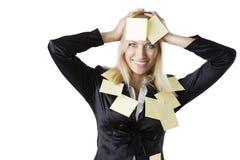 Blonde Frau des Geschäfts mit beiden Händen auf dem Kopf Lizenzfreies Stockfoto