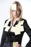 Blonde Frau des Geschäfts schaut innen zum Objektiv Lizenzfreie Stockbilder