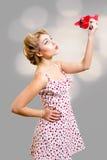 Blonde Frau des lustigen Pinup mit dem Lockenwicklerhalten Stockbilder