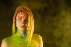 Blonde Frau des Mehrfarbenporträts in den Farben Holi Stockbilder