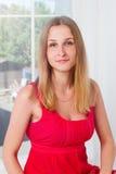 Blonde Frau des Porträts Stockbild