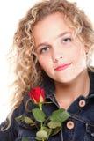 Blonde Frau des Porträts mit der rosafarbenen Blume lokalisiert Stockbilder