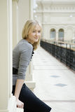 Blonde Frau des Portraits mit blauen Augen Lizenzfreie Stockfotografie