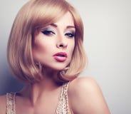 Blonde Frau des schönen hellen Makes-up mit kurzem Frisur lookin Lizenzfreies Stockbild