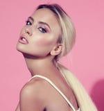 Blonde Frau des schönen Makes-up mit sauberem perfektem gesundem Gesichtsski Stockfoto