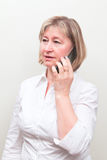 Blonde Frau des schönen Mittelalters mit Handy Stockbilder