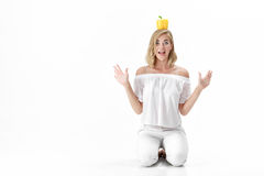 Blonde Frau des schönen Spaßes in der weißen Bluse, die gelben grünen Pfeffer hält Gesunde Diät und Diät Lizenzfreie Stockfotografie