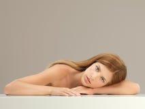 Blonde Frau des Schönheitsportraits, die Kamera betrachtet Lizenzfreie Stockfotos