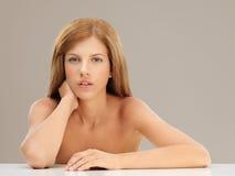 Blonde Frau des Schönheitsportraits, die Kamera betrachtet Lizenzfreie Stockbilder