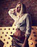 Blonde Frau des sexy Makes-up, die im weißen Hemd und im Rock mit Umb. aufwirft Stockbilder