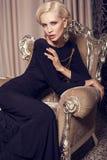blonde Frau des sexy Zaubers im eleganten schwarzen Kleid Lizenzfreie Stockbilder