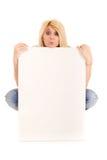 Blonde Frau, die Anschlagtafel zeigt Stockfoto