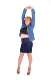 Blonde Frau, die Arme ausdehnt Stockfoto