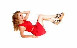 Blonde Frau, die auf Boden liegt Lizenzfreie Stockbilder