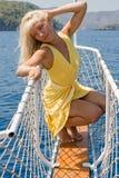 Blonde Frau, die auf dem Bogen der Lieferung aufwirft. #4 Stockbilder