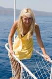 Blonde Frau, die auf dem Bogen der Lieferung aufwirft. #7 Stockbild