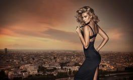Blonde Frau, die auf dem Dach aufwirft Lizenzfreie Stockfotos