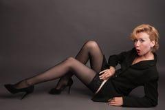 Blonde Frau, die auf dem Fußboden liegt Lizenzfreies Stockfoto