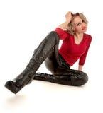 Blonde Frau, die auf dem Fußboden sitzt Stockfotos