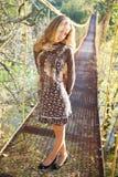 Blonde Frau, die auf der Aufhebungbrücke aufwirft Stockfoto