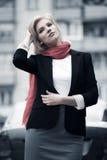 Blonde Frau, die auf die Stadtstraße geht Stockfoto