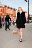 Blonde Frau, die auf die Straße geht Stockbild