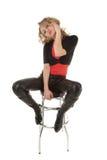 Blonde Frau, die auf einem Stabstuhl sitzt Lizenzfreies Stockbild