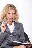 Frau, die Stift kaut Stockfoto