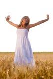 Blonde Frau, die auf Feld sich entspannt Lizenzfreies Stockfoto