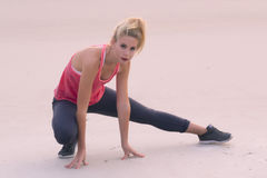 Blonde Frau, die auf Strand in StAugustine, Florida trainiert Stockbilder