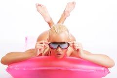 Blonde Frau, die auf Wasser matress liegt Lizenzfreies Stockbild