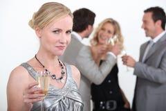 Blonde Frau, die Champagner hält Lizenzfreies Stockfoto