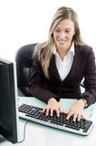 Blonde Frau, die an Computer arbeitet Stockfotos