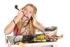 Blonde Frau, die Computer repariert Stockbild