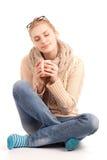 Blonde Frau, die Cup des heißen Getränks anhält Lizenzfreies Stockbild