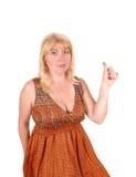 Blonde Frau, die Daumen hochhält Lizenzfreies Stockfoto