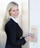 Blonde Frau, die den Aufzug bereitsteht Stockfotos
