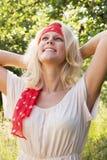 Blonde Frau, die den Sommer genießt Stockfoto