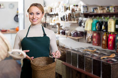 Blonde Frau, die den Tee verkauft wählt Lizenzfreie Stockbilder