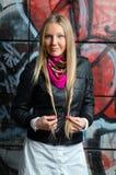 Blonde Frau, die in den vorderen Graffiti aufwirft Lizenzfreies Stockfoto