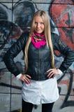 Blonde Frau, die in den vorderen Graffiti aufwirft Lizenzfreie Stockfotografie