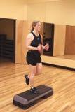 Blonde Frau, die in der Gymnastik ausarbeitet. Lizenzfreies Stockfoto