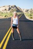 Blonde Frau, die in der Straße steht Stockbild