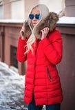 Blonde Frau, die draußen aufwirft Lizenzfreie Stockbilder