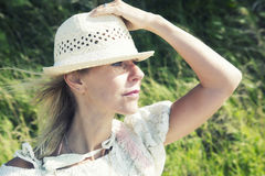 Blonde Frau, die draußen den Abstand untersucht Stockbild
