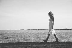 Blonde Frau, die durch den See geht Lizenzfreie Stockfotos