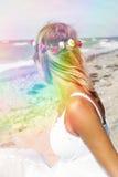 Blonde Frau, die durch den Strand sitzt Lizenzfreies Stockfoto