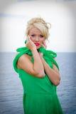 Blonde Frau, die durch Ozean aufwirft Lizenzfreie Stockbilder